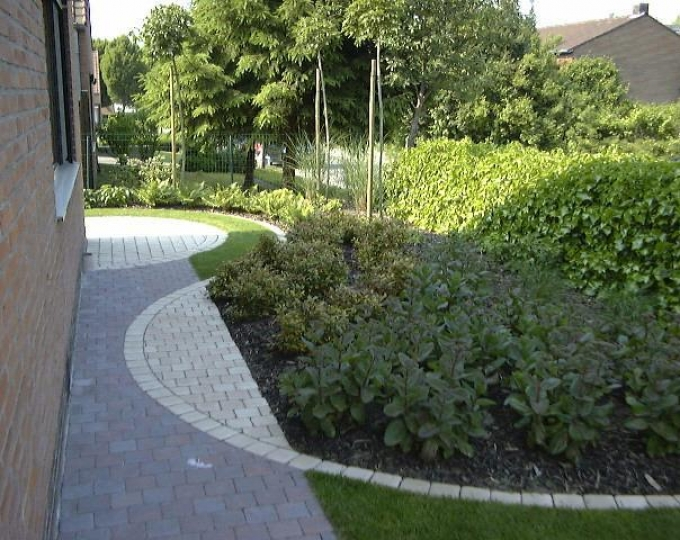 Kleine tuinen kunnen ook imponeren - Moderne tuin ingang ...